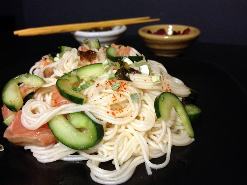 ensalada de somen con salmon y pepinos
