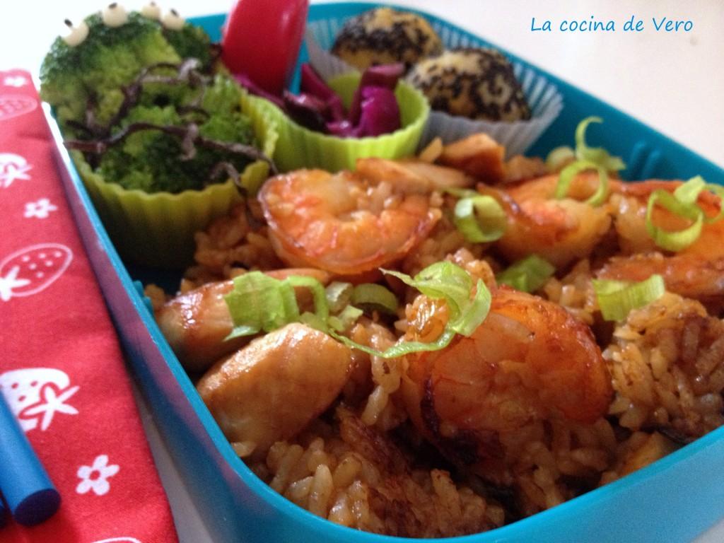 bento con arroz frito, brocoli y bolitas de platano