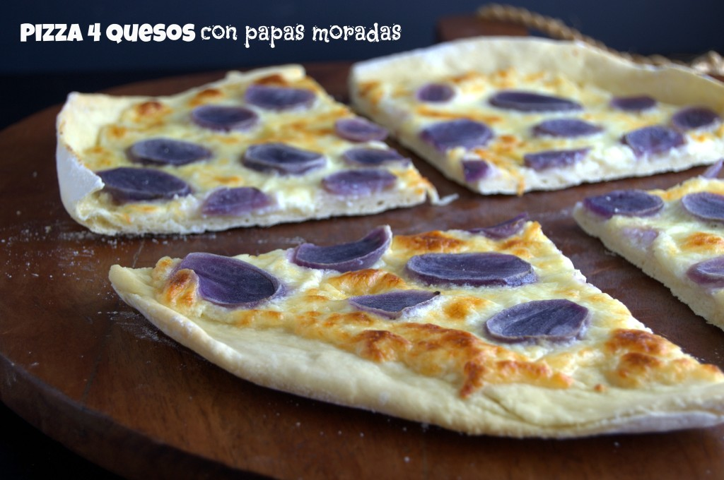 Pizza 4 quesos con papas moradas.