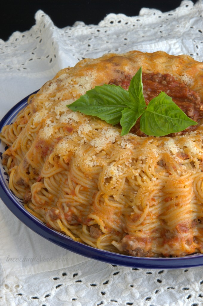 Corona de espagueti con carne