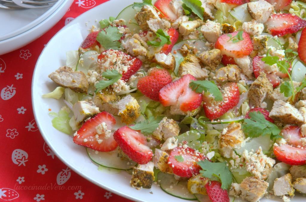 ensalada con pollo y fresas