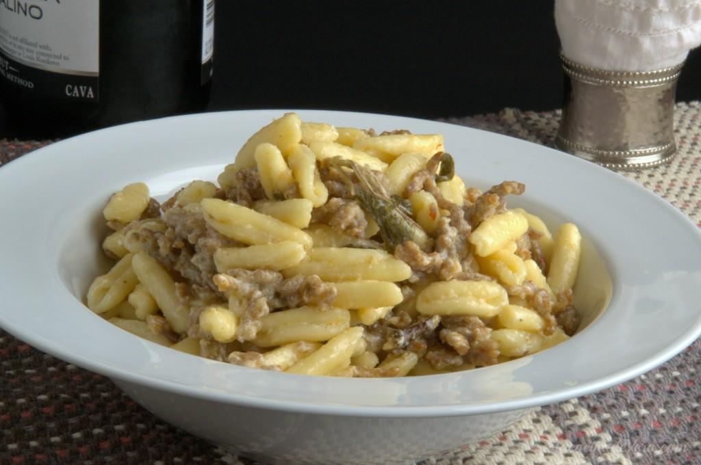 Cavatelli con salchicha italiana y crema de salvia