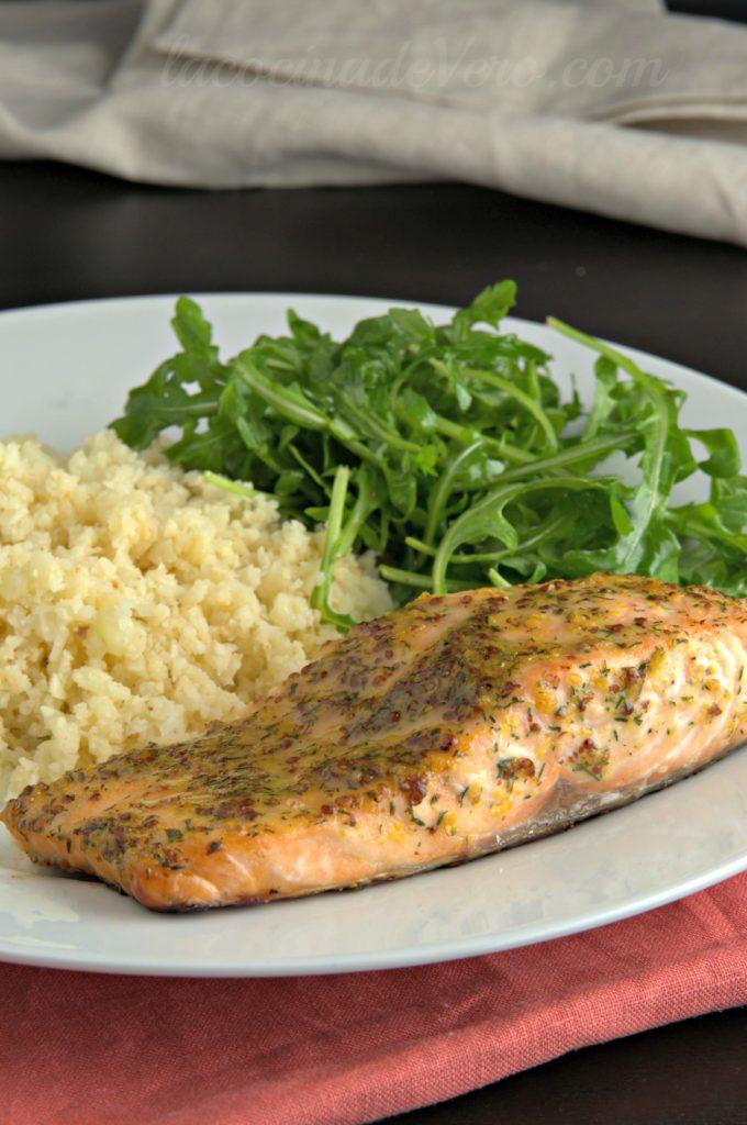 salmon-con-miel-y-mostaza-servido-con-arroz-de-coliflor