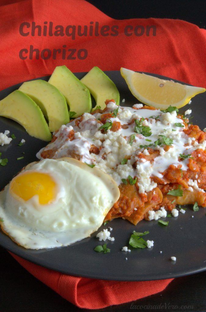 chilaquiles-con-chorizo-en-salsa-roja