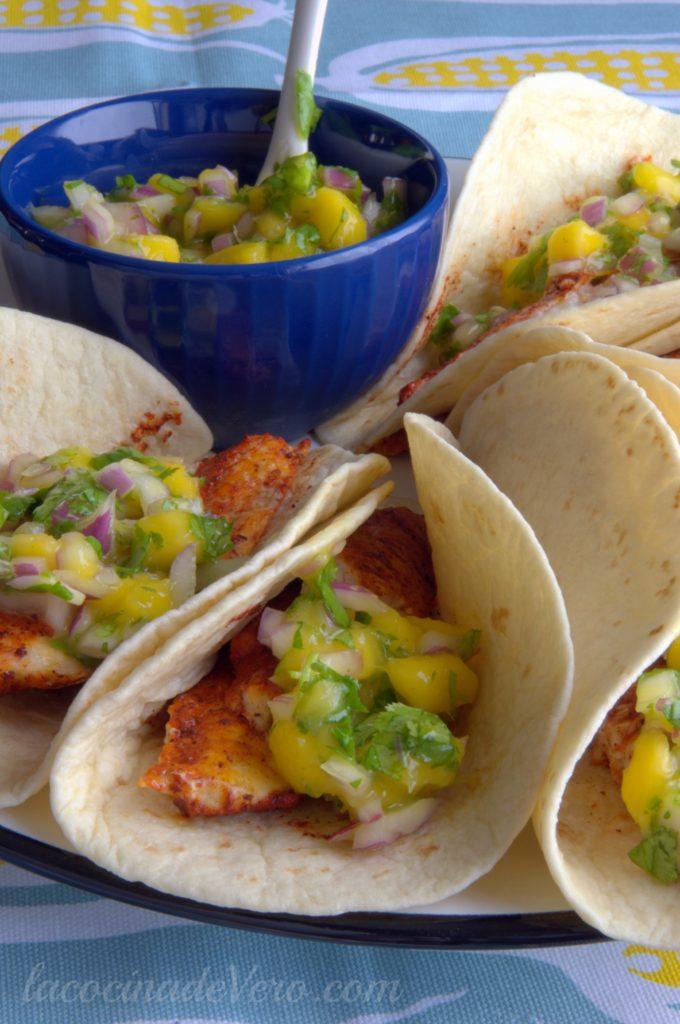 Tacos de pescado con achiote y salsa de mango