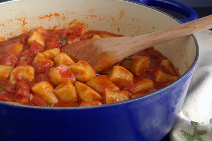 Ndundari con salsa de tomate y albahaca